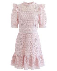 Robe courte en crochet à col montant en rose