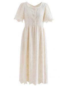 Robe festonnée à boutons brodés pleine fleur en crème