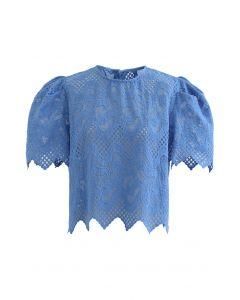 Haut en organza à broderies à volutes et zigzag en bleu