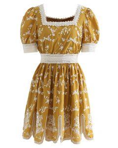 Mini-robe à encolure carrée brodée Cutie Daisy en moutarde