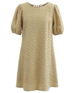 Mini-robe dorée gaufrée avec chaîne en moutarde