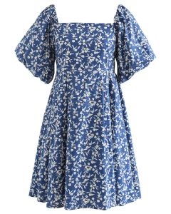 Robe Dolly froncée à fleurs et à encolure carrée en bleu