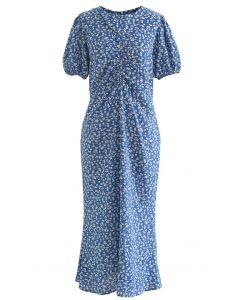 Robe mi-longue froncée à imprimé floral et découpes en bleu