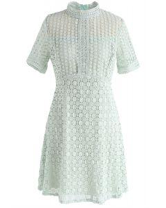 Osez essayer la robe en crochet évidée à la menthe
