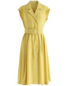 Relâche dans la robe sans manche à double boutonnage dans la moutarde