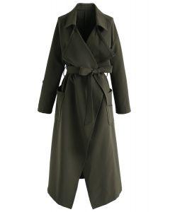 Trench-coat en mousseline devant vert clair du centre-ville