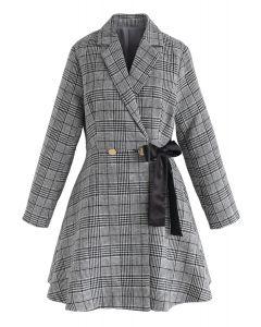 Préparé pour une robe de manteau à carreaux date en gris