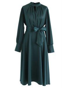 Saisissez la robe de satin bowknot Spotlight en vert