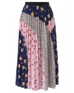 Jupe mi-longue plissée à blocs floraux en bleu marine